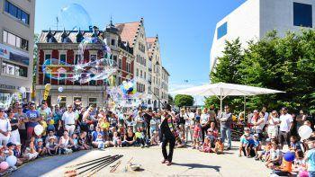 Zauberei, Riesen-Seifenblasen und viele tolle Attraktionen machen die Bregenzer Innenstadt am Samstag familienfreundlich. Foto: handout/ Udo Mittelberger