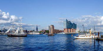 Alt trifft Neu: Im Hamburger Hafen treffen die unterschiedlichsten maritimen Sehenswürdigkeiten aufeinander.