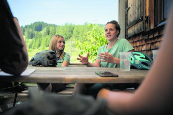 """<p class=""""caption"""">Auf der Alpe Rona erklärten Melanie (l.) und Regina (r.) die Initiative.</p>"""