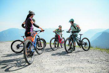 """<p class=""""caption"""">Da sollen wir runter? WANN &WO-Redakteurin Anja und -Praktikantin Raphaela wuchsen im Bikepark über sich hinaus.</p>"""