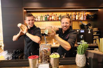 "<p class=""caption"">Die Barkeeper Valentin Huber und Stefan Himmelbauer.</p><p class=""caption"" />"