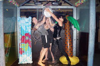 Die Dusche sorgt für ordentlich Abkühlung während dem Feiern.Foto: El Capitan