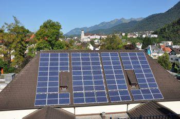 """Energiesparen             Ökostrom nutzen und auf Solarpanele umrüsten. Auf die richtige Raumtemperatur (üblicherweise genügen 22 Grad) achten und richtig lüften (Stichwort """"Stoßlüften""""). Die Heizung sollte zudem immer bestens gewartet sein."""