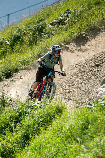 """<p class=""""caption"""">""""Exploristas Bike Ambassador"""" Melanie kennt keine Angst vor steilen Kurven.</p>"""
