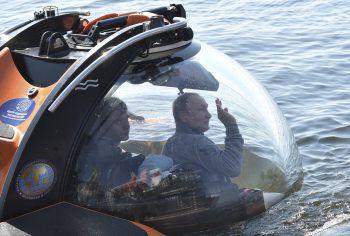 <p>Gogland. Abgetaucht: Russlands Präsident Wladimir Putin steigt mit einem U-Boot in die Ostsee hinab.</p>