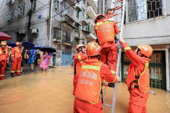 <p>Hengyang. Gerettet: Chinesische Rettungskräfte befreien ein Kleinkind aus einem überfluteten Haus.</p>