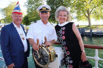Kapitän Adi Konstatzky mit Richard Elsler und Sonja Scholl.