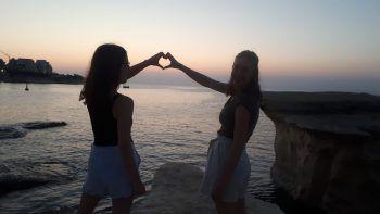 Kathi (17) und Theresa (17) beim Auslandspraktikum in Malta. Fotos: handout Privat
