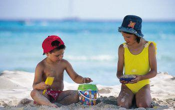 Kinder können unbeschwert im Sand spielen und die Sommerferien genießen.