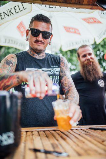 """<p class=""""caption"""">Kühle Drinks bei Wolfi an der Beachbar.</p>"""
