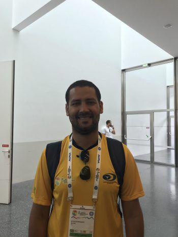 """<p class=""""title"""">               Marcelo, 35, Brasilien             </p><p class=""""title"""">Für mich ist es der erste Besuch einer Gymnaestrada. Man sieht, dass sich die Veranstalter viel Mühe bei der Planung gemacht haben und ihnen das Wohl der Gäste am Herzen liegt. Es ist ein spannender Moment für mich und ich bin froh, dabei zu sein, um meine Verlobte zu unterstützen. Sie ist Turnerin und lebt diesen Moment besonders intensiv, weil es eine so wichtige Veranstaltung ist. Bisher habe ich leider noch nichts vom Land gesehen, da wir seit unserer Ankunft viel zu tun hatten. Ob sich das in den kommenden Tagen noch ändert, weiß ich nicht. Wir haben jedoch geplant, zumindest einen Abstecher in die Schweiz zu machen und uns Zürich anzusehen.</p>"""
