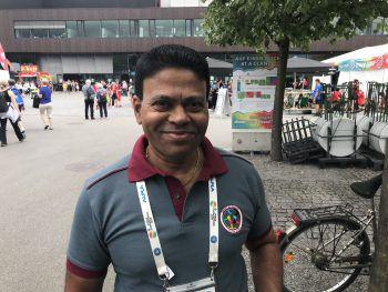 """<p class=""""title"""">               Milroy, 60, Sri Lanka             </p><p class=""""title"""">Hier wurde eine große und fantastische Veranstaltung auf die Beine gestellt, die zudem bestens organisiert ist. Mir gefällt die Gymnaestrada bisher ausgesprochen gut und auch das Land finde ich sehr beeindruckend. Als wir vom Flughafen angereist sind, haben wir bereits gesehen, wie schön die Landschaft hier in Vorarlberg ist. Von Sri Lanka herzufliegen, um diese sagenhafte Veranstaltung zu besuchen, ist für mich wie ein Traum, aus dem ich nicht erwachen möchte.</p>"""