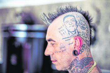 Nicht er selbst, sondern Antwoord-Frontmann Ninja: Mit seinem Tattoo des Rappers hat Mike es auch in die kommende Band-Doku geschafft.Fotos: Sams