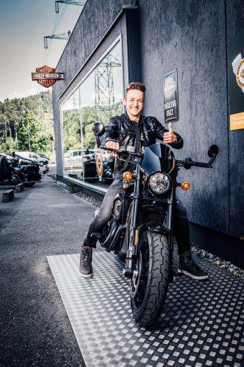 """Patrik, Mister Vorarlberg 2018, hat den Hauptpreis für den neuen Mister begutachtet und meint: """"Mitmachen lohnt sich – die Harley Davidson ist ein heißes Teil!""""Fotos: Sams"""