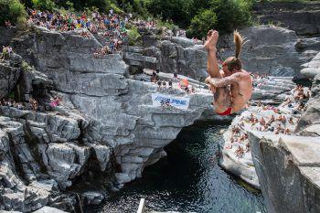 <p>Ponte Brolla. Spektakulär: Ein Mann nimmt an der Weltmeisterschaft im Klippenspringen in der Schweiz teil.</p>