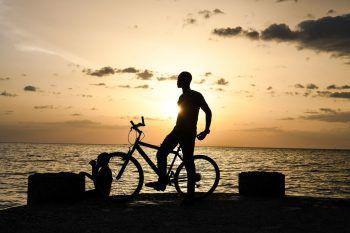 <p>Port-au-Prince. Golden: Ein Mann steht vor demSonnenuntergang am Karibischen Meer auf Haiti.</p>