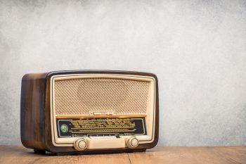 """Radio Rock RevolutionAm Freitag, ab 21 Uhr, werden die Radio-Hits der 60-er, 70-er und 80-er Jahre im Bunt in Feldkirch gefeiert. """"DJ Pole"""" wird die Menge zum Abfeiern bringen."""