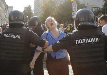 Russische Polizisten nehmen eine Demonstrantin fest.Foto: AP