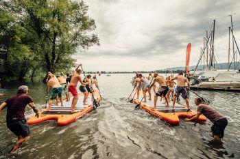 """<p class=""""caption"""">Start für das große XXL-SUP-Vereinsrennen vom Surfmax-Strand aus.</p>"""
