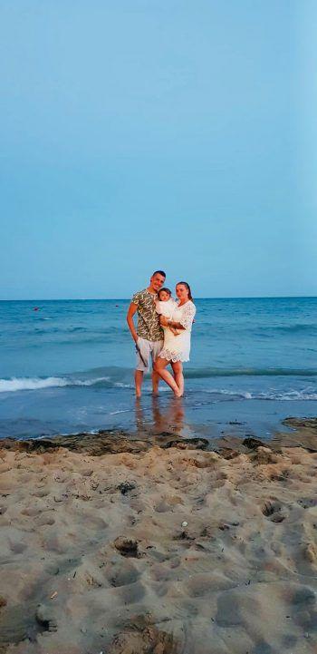 """<p class=""""caption"""">Vanessa (23), Pierre (22) und Lejla (10 Monate) am Strand von Bibione.</p>"""