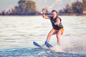 """<p class=""""title"""">Wakeboarden und Wasserski</p><p>Garantiert unvergesslich wird der entspannte Tag auf dem See mit der Möglichkeit, sich bei Wasserski oder beim Wakeboarden auszuprobieren!</p>"""