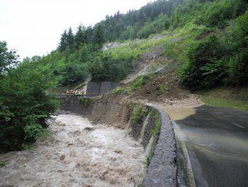 """<p class=""""title"""">Wetterextreme</p><p>Mit den Klimaveränderungen nehmen auch die extremen Wetterereignisse zu: Starkregen, Hagel und orkanartige Stürme lassen Flüsse überlaufen und Muren Straßen verlegen. Prognosen zufolge könnten die Niederschlagsmengen in Vorarlberg vor allem im Frühjahr zunehmen. Die Vorarlberger Landesregierung präsentierte im Rahmen der Klimawandel-Anpassungsstrategie 2015 im vergangenen Jahr einen """"11-Punkte-Aktionsplan"""", der dazu beitragen soll, das Ländle für künftige klimabedingte Wetterextreme zu rüsten. Foto: Polizei</p>"""
