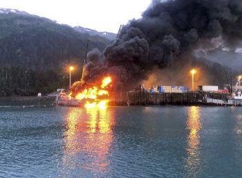 <p>Whittier. Verheerend: Ein Fischerboot brennt im Hafen der Stadt Whittier in Alaska nieder. Laut Küstenwache explodierte ein Propantank an Bord des Bootes. </p>