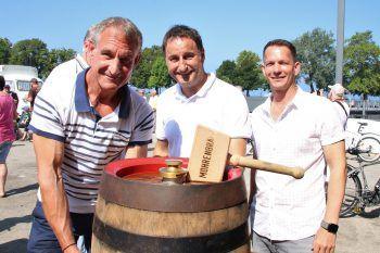 Bgm. Markus Linhart, Thomas Pachole und Robert S. Salant nahmen den Fassanstich beim diesjährigen Hafenfest in Bregenz vor.