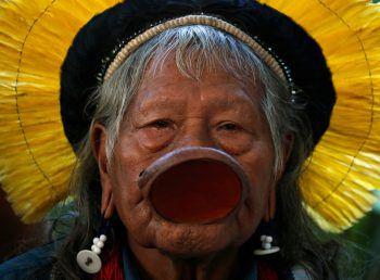 <p>Biarritz. Kritisch: Der Häuptling des brasilianischen Kayapo-Stammes, Raoni Metuktire, besucht den G-7-Gipfel.</p>