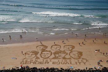 <p>Biarriz. Fordernd: Ein riesiges Sandbild fordert die G-7-Staatschefs zu mehr Geschlechtergleichstellung auf.</p>