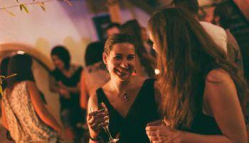 """Das """"meet & greet"""" eignet sich, um mit Freunden zu feiern und anzust0ßen."""