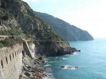 """<p class=""""caption"""">Das Netz der Küstenwanderwege mit atemberaubenden Aussichten aufs azurblaue Meer machen Cinque Terre einzigartig.</p>"""