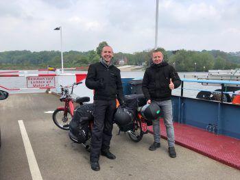 Nicht mit dem Zug oder dem Bus, sondern im Sattel zweier Puch Maxis machten sich Stefan und Andreas Taschner auf nach Amsterdam.