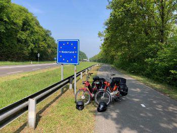 """<p class=""""title"""">               Grenzübergang             </p><p>Nach hunderten Kilometern im Sattel erreichten die Abenteurer am 3. Mai endlich ihr Ziel Amsterdam.</p><p />"""