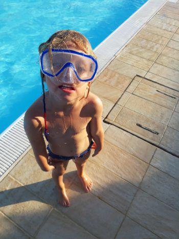 """<p class=""""caption"""">Greta beim Tauchen und Schwimmen lernen in der Toskana.</p>"""