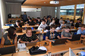 Im Sommercamp konnten die Jugendlichen die Programmiersprache erlernen – da war volle Konzentration wichtig.Fotos: Lerch