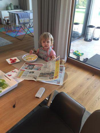 """<p class=""""caption"""">Lotta verschlingt die WANN & WO schon zum Frühstück.</p>"""