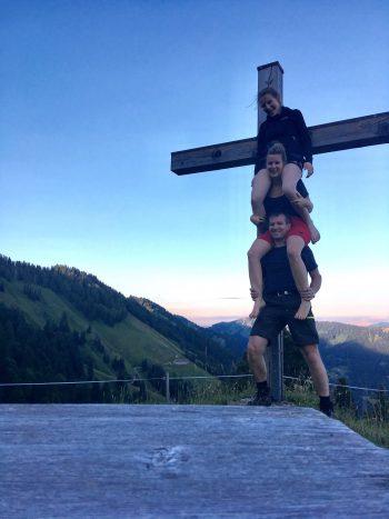 """<p class=""""caption"""">Miriam mit Schwester und Papa auf der Alpe Plattentisch im Lecknertal.</p>"""