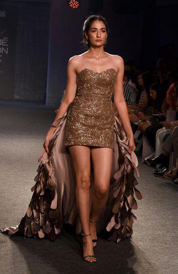 Mumbai. Auffallend: Ein Model präsentiert ein extravagantes Kleid bei der Lakme Fashion Week in Indien. Fotos: AFP, AP, APA, Reuters
