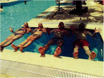 "<p class=""caption"">Patrick mit Martina, Monica und Christoph im Urlaub am Pool.</p>"