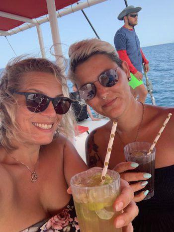 """<p class=""""caption"""">Sabrina und Jasi in El Gouna auf der Ocean Diva.</p>"""