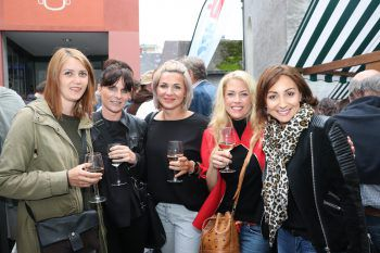 "<p class=""caption"">Super Feierabend-Stimmung herrschte auch bei dieser Mädels-Gruppe.</p><p class=""caption"" />"