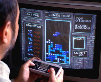 """Tetris – der Klassiker1984 veröffentlicht und wohl jedem bekannt: Tetris. Das Spiel wird auch als """"Mutter aller Videospiele"""" bezeichnet. Es geht darum, Blöcke so zu platzieren, dass sie dann eine gerade Linie ergeben. Daraufhin verschwindet die Reihe."""