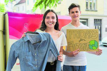 Weitergeben statt wegwerfen: Leah und Constantin haben eine Kleidertauschparty organisiert.Fotos: handout/aha Dornbirn