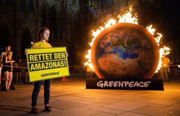 <p>Wien. Feurig: Greenpeace fordert die politischen Parteien auf dem Stephansplatz auf, sich stärker für den Klimaschutz einzusetzen.</p>