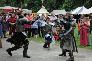 Bei den Schwertkämpfen geht es richtig zur Sache.  Foto: handout/Egon Rusch