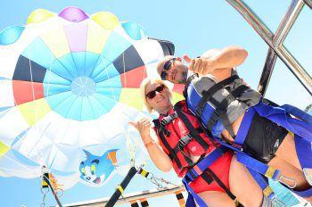 """<p class=""""caption"""">Ein Urlaubsfoto von Hannelore und ihrem Verlobten Helmut, der ihr während eines Parasailingflugs in der Türkei einen Heiratsantrag machte.Fotos: Privat</p>"""