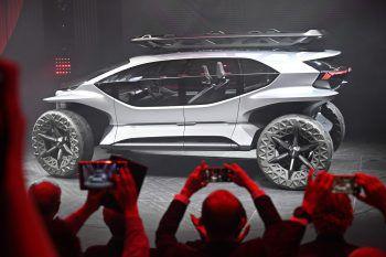 <p>Frankfurt. Futuristisch: Fotografen lichten auf einer IAA-Pressekonferenz den Prototyp-Geländewagen Audi AI:Trail Car ab.</p>