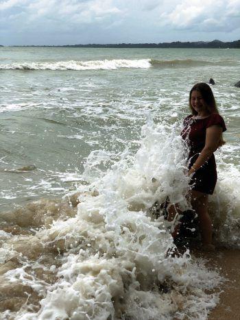 "<p class=""caption"">Jennifer am Strand von Khao Lak in Thailand.</p>"