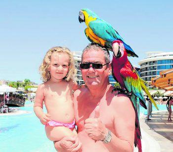 """<p class=""""caption"""">Opa Horst mit seiner Enkelin Amelie im Urlaub.</p>"""